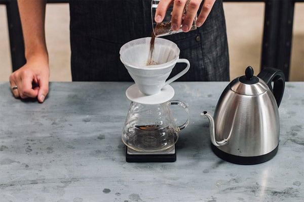 cho cà phê vào giấy lọc